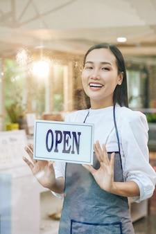 Café d'ouverture de serveuse