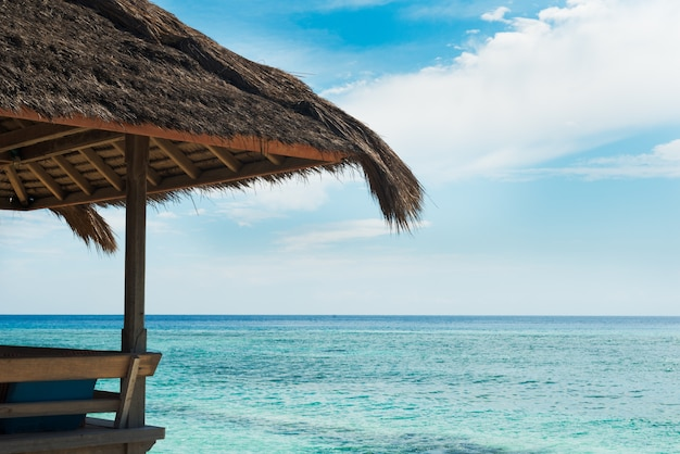 Café pavillon sur des piles sur le rivage de l'océan