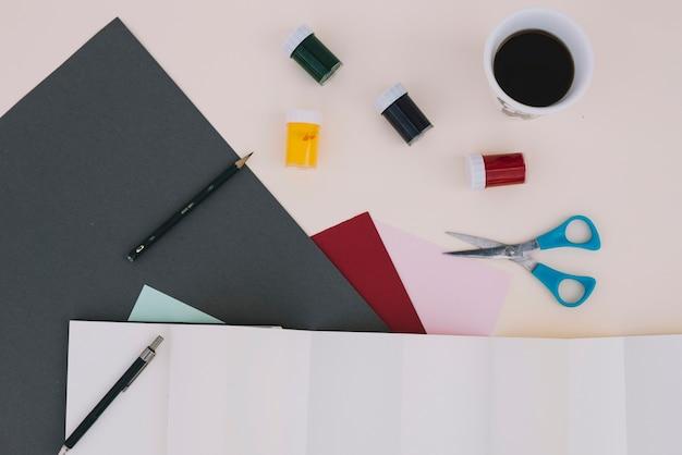 Café et peinture près des fournitures d'artisanat