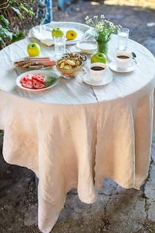 Café et petit-déjeuner sur la table pause thé en plein air