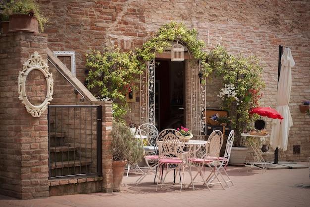 Café. petite terrasse. tables et chaises à la ville, italie, certaldot. toscane, italie