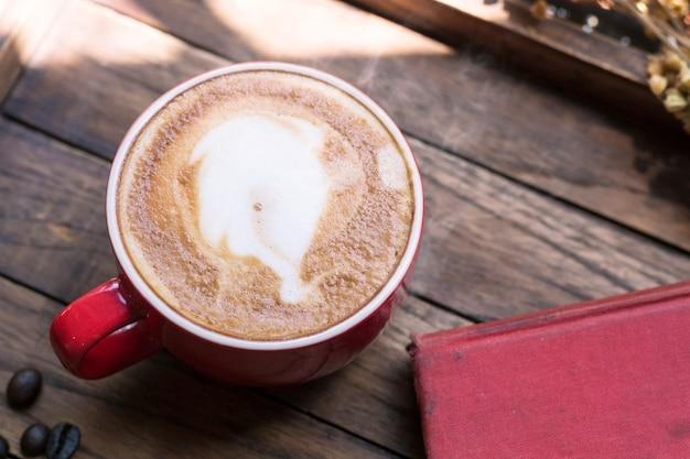 Café sur un plateau en bois avec la lumière chaude du matin près de la fenêtre