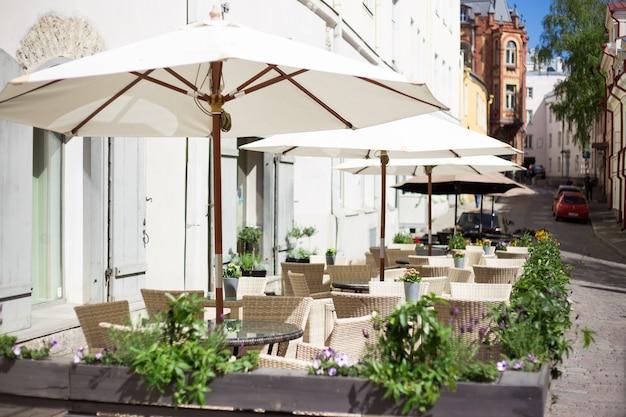 Café en plein air d'été dans la vieille ville européenne