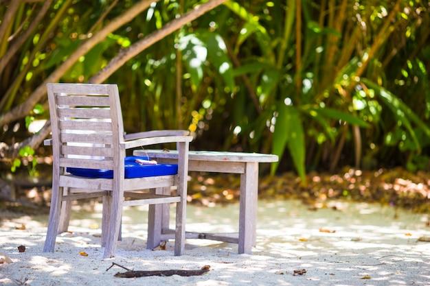 Café en plein air vide l'été sur une île exotique dans l'océan indien
