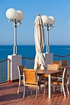 Café en plein air avec vue sur la mer. prise de vue verticale