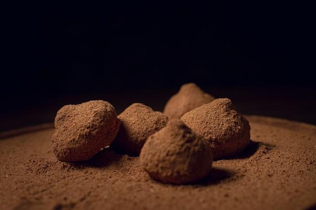 Café en poudre sur de délicieuses truffes