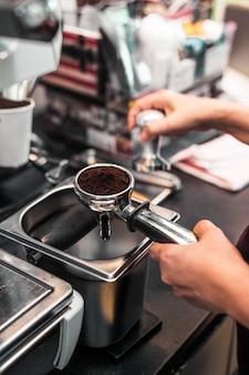 Café en poudre sur le tamper à café