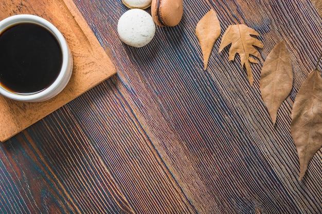 Café près des feuilles et des macarons