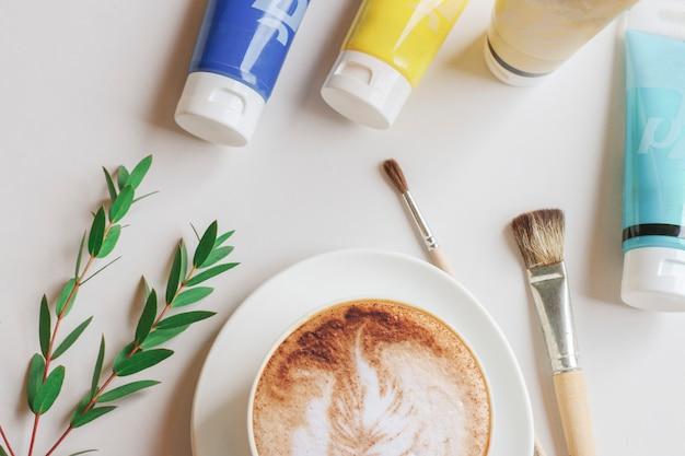 Café raf avec peintures et pinceaux