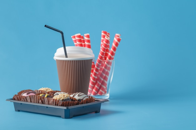 Café rapide et bonbons sur bleu