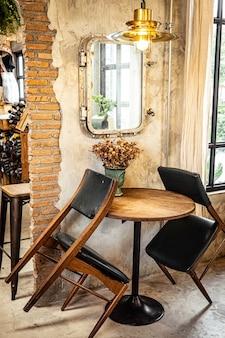 Café et restaurant vides en raison du virus corona covid-19. distanciation sociale