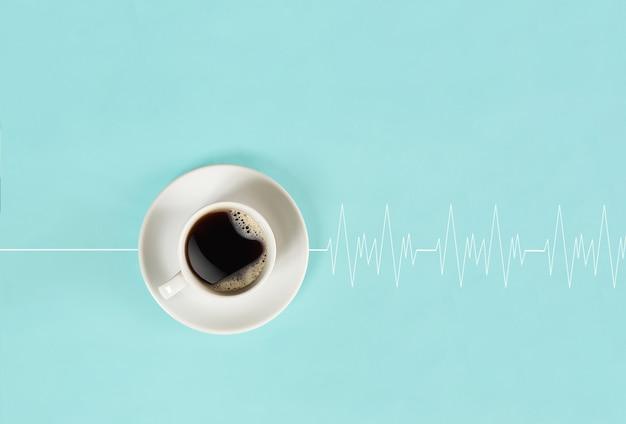 Le café revigorant du matin réveille la tête et fait battre le cœur