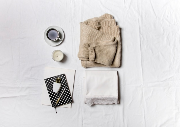 Café robe blanche et accessoires sur fond blanc le concept d'une image élégante