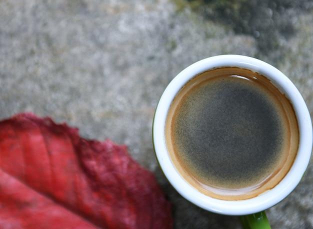 Café et rouge partent sur le sol en béton.