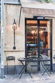 Café de rue turc à istanbul. table et chaises se trouvent directement dans la rue. un lieu distinctif et authentique à visiter par les habitants.