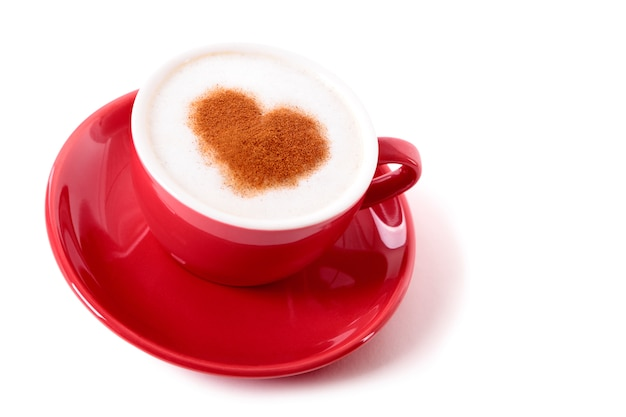 Café saint-valentin avec forme de coeur de chocolat poudrage