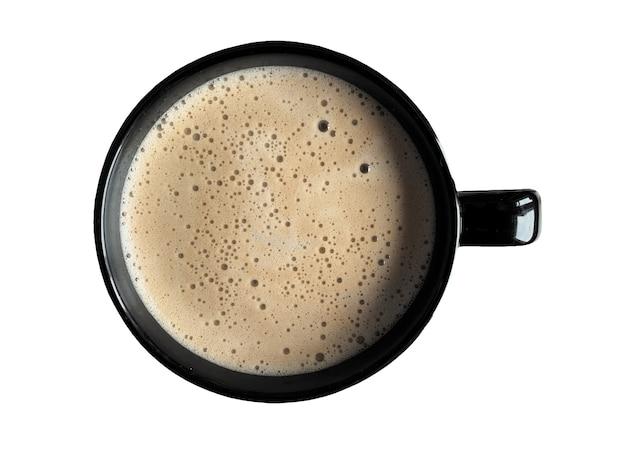 Café savoureux dans une grande tasse noire sur blanc