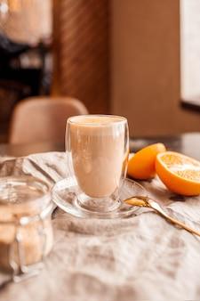 Café savoureux dans un verre