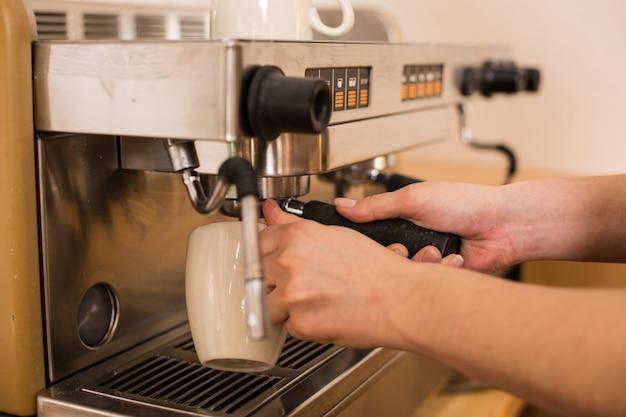 Café savoureux. gros plan d'une machine à café moderne utilisée pour la préparation de cappuccino