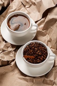 Café sur la surface du papier froissé