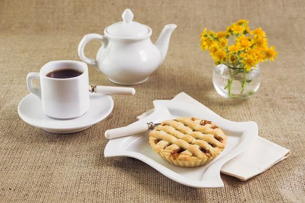 Café et tarte savoureux petit déjeuner
