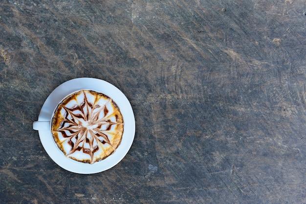 Café sur la texture du bois