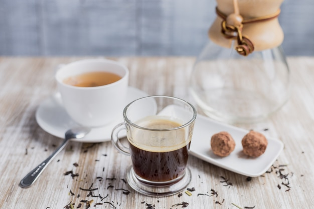 Café, thé, deux bonbons à la noix de coco et une bouteille