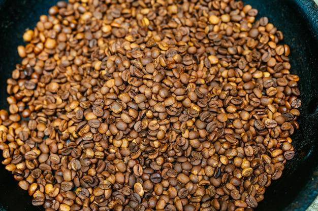 Café torréfié grains de café tirés d'en haut, remplissant le cadre
