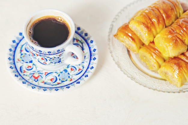 Café turc et baklava sur fond clair. mise au point sélective. la nature.