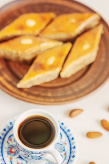 Café turc et baklava sur fond clair. mise au point sélective. nourriture.