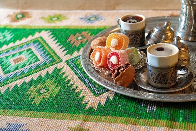 Café turc servi avec délice turc sur plateau en métal
