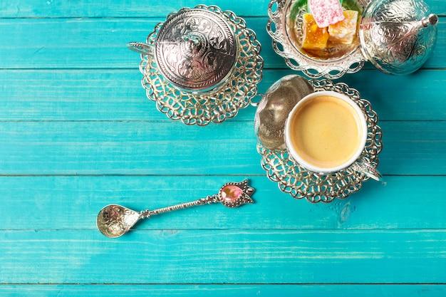 Café turc traditionnel et délice turc sur table en bois.