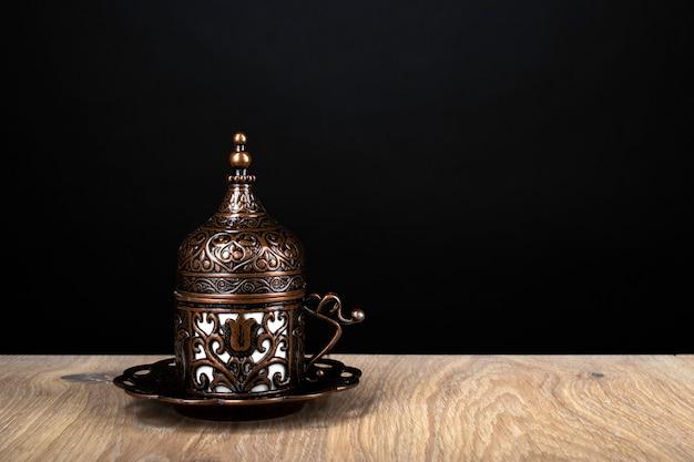 Café turc. vaisselle orientale à motif. grains de café, délice turc