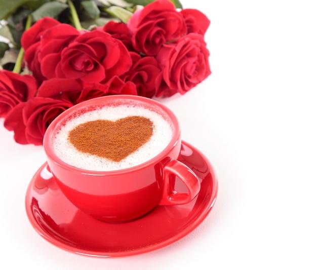 Café valentine avec des roses sur fond blanc