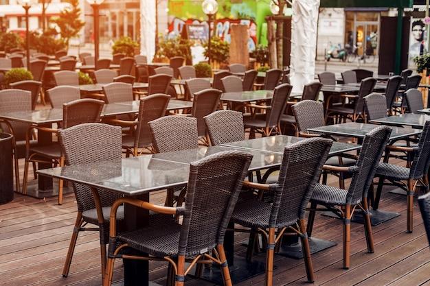 Café vide dans la rue, tables et chaises vides
