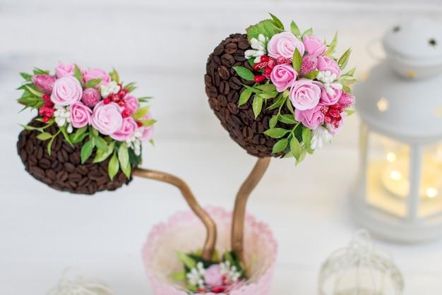 Un caféier arbre d'ornement. art topiaire. décoration de mariage et lanterne