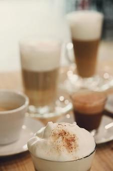Cafés sur une table