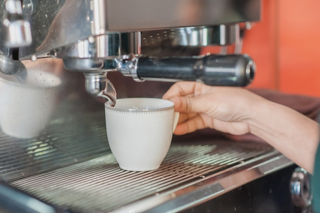 Cafetière à café expresso dans une tasse