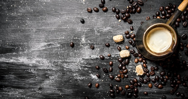 Cafetière fraîche avec sucre de canne et grains torréfiés.