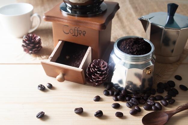 Cafetière et moulin à café en bois avec café moulu