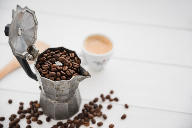 Cafetière pleine de grains de café