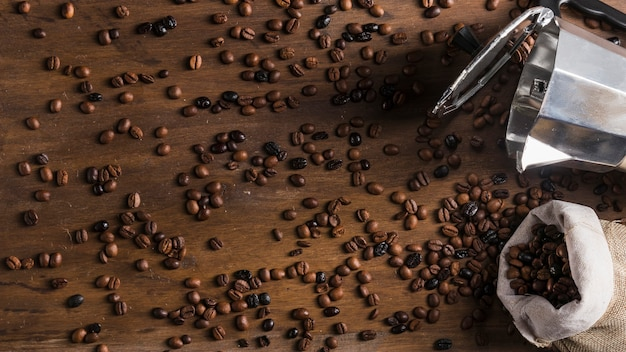 Cafetière et sac avec grains dispersés