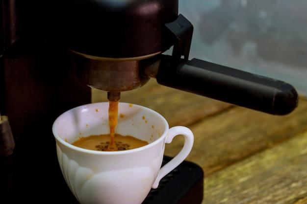 Cafetière avec tasse à café machine à café. vapeur et chaleur.