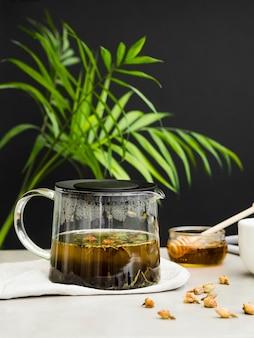 Cafetière à thé vue de face avec du miel