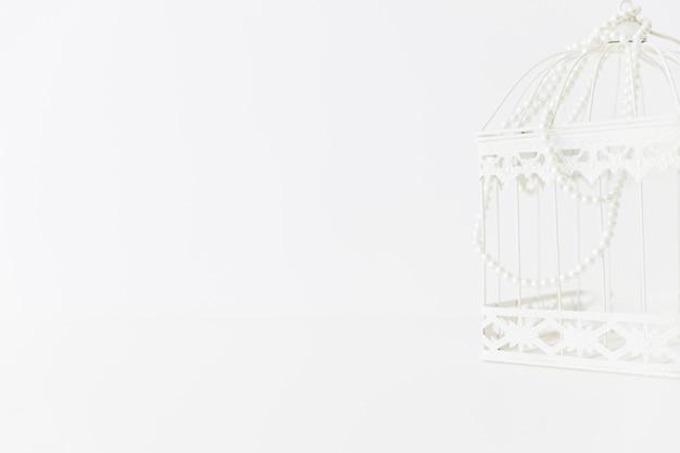 Cage blanche avec des perles