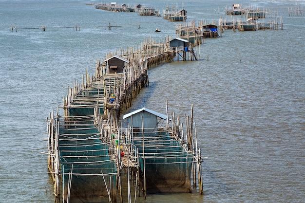 Cages à poissons à l'estuaire laem sing, chanthaburi, thaïlande.