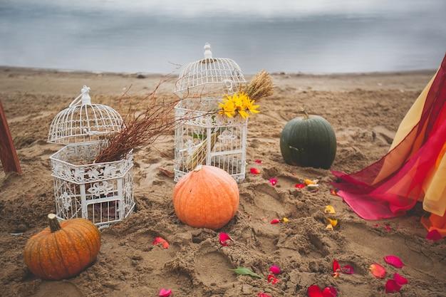 Cages vintage en fer blanc avec fleurs jaunes et tiges de blé sec à l'intérieur