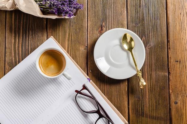 Cahier de banque posé sur la table marron