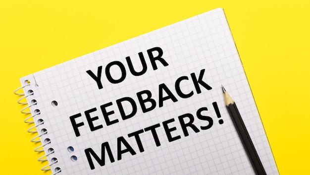 Cahier Blanc Avec Inscription Votre Commentaires Compte écrit Au Crayon Noir Sur Un Jaune Vif Photo Premium