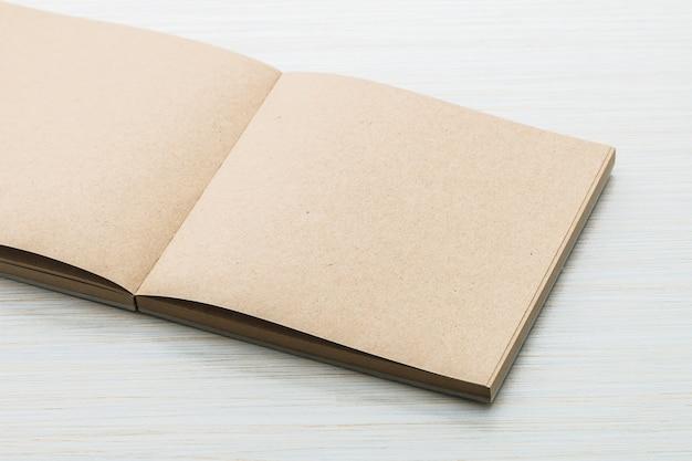 Un cahier blanc se moque